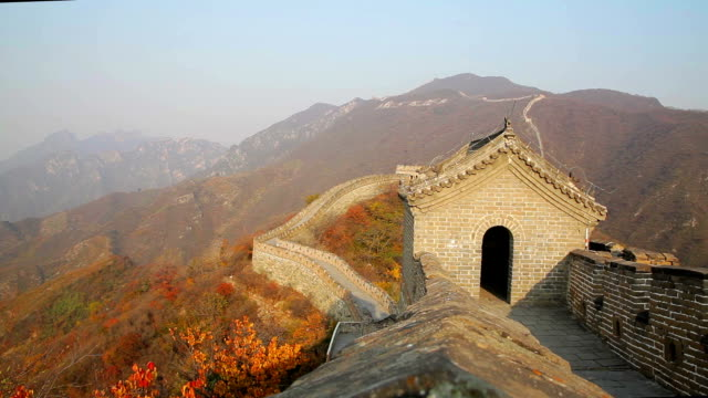 ws view of mutianyu section of the great wall in autumn in china - surrounding wall stock videos & royalty-free footage