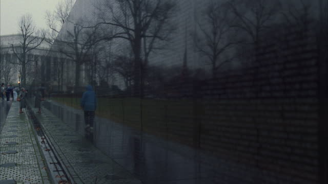 ms pan tu view of names of veterans of vietnam war - vietnam veterans memorial video stock e b–roll