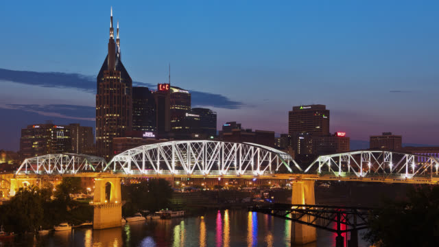 vídeos de stock e filmes b-roll de t/l view of nashville skyline and shelby street bridge / nashville, tennessee, usa - tennessee