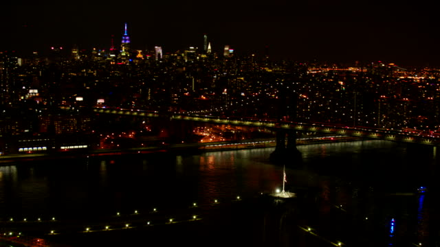 vídeos y material grabado en eventos de stock de ms ds aerial view of national flag on top of  brooklyn bridge and crowd at ground / new york city  - puente de brooklyn