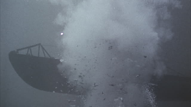 vídeos de stock, filmes e b-roll de ms view of navy ship - bomb