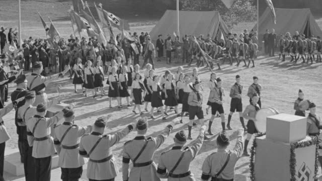 vidéos et rushes de ws view of nazi parade set in open field with band camp - nazism