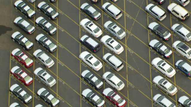 vídeos de stock e filmes b-roll de ms aerial view of new automobile imports in lot at port of portland / oregon, united states - stand de carros