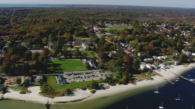 ws aerial view of new london city with fall in trees / connecticut, united states - 50 sekunder eller längre bildbanksvideor och videomaterial från bakom kulisserna