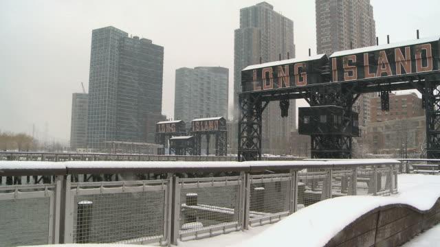 vídeos de stock, filmes e b-roll de ws view of new york skyline during winter / new york city, new york, usa - escrita ocidental