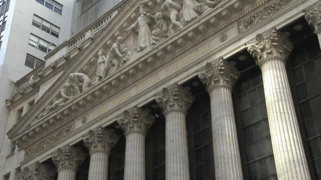 ws view of new york stock exchange / new york city new york usa - frontgiebel stock-videos und b-roll-filmmaterial