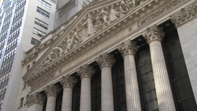 view of new york stock exchange / new york city new york usa - frontgiebel stock-videos und b-roll-filmmaterial
