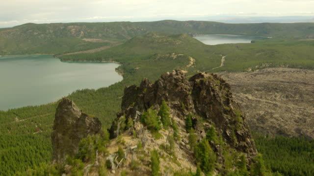 vídeos y material grabado en eventos de stock de ws aerial view of newberry volcano caldera lakes and big obsidian flow at newberry national volcanic monument / oregon, united states - caldera cráter
