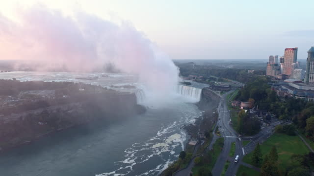 vídeos de stock, filmes e b-roll de view of niagara falls(horseshoe falls) and cityscape in ontario, canada at sunrise - niagara falls