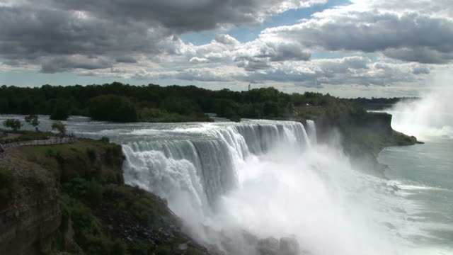 vidéos et rushes de view of niagara waterfalls in new york united states - rivière niagara