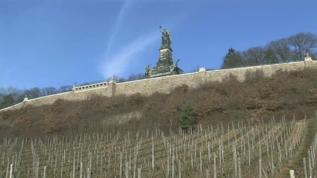 stockvideo's en b-roll-footage met ws view of niederwald-monument / rã¼desheim, hesse, germany - vrouwelijke gestalte