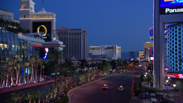 vidéos et rushes de ws t/l view of night to day with traffic / las vegas, nevada, united states - jour