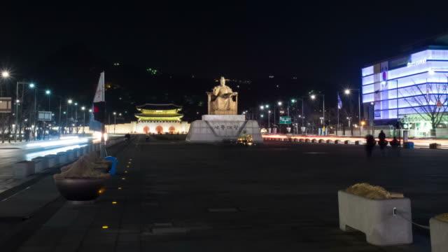 ws t/l pov view of nightscape of gwanghwamun square and king sejong statue (the founder of korean alphabet) / seoul, south korea - figura maschile video stock e b–roll