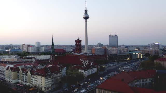 vídeos de stock e filmes b-roll de ws view of nikolaikirche, alexanderturm, mitte, rotes rathaus, muhlendamm, st.-hedwigs-kathedrale, spree / berlin, berlin, germany - rathaus
