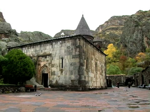 ws pan view of noravank monastery and gorge, armenia / noravank, armenia  - 数匹の動物点の映像素材/bロール