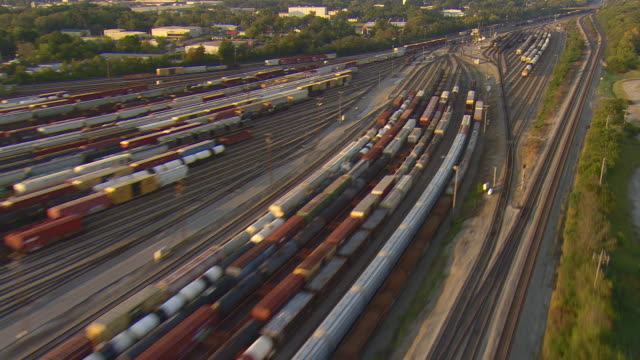 ws aerial view of norfolk southern railyard / chattanooga, tennessee, united states - 操車場点の映像素材/bロール
