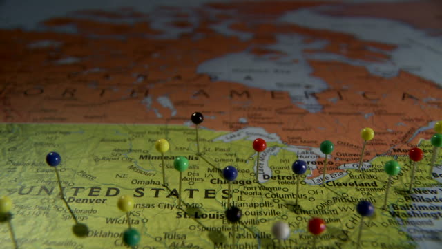 cu pan view of north america in world map with push pins / atlanta, georgia, usa - 画鋲点の映像素材/bロール
