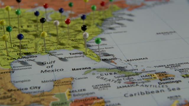 ecu pan view of north america in world map with push pins in major cities/ atlanta, georgia, usa - 画鋲点の映像素材/bロール