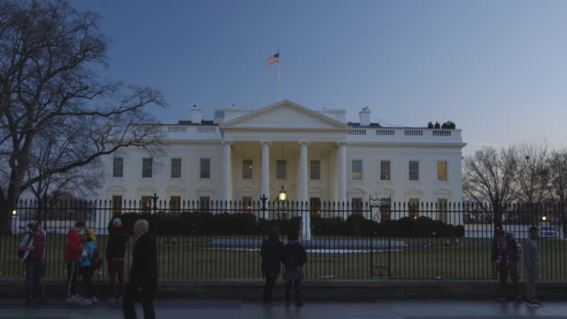 ws view of north side of the white house from pennsylvania avenue during sunset / washington, district of columbia, united states - 2010年代点の映像素材/bロール