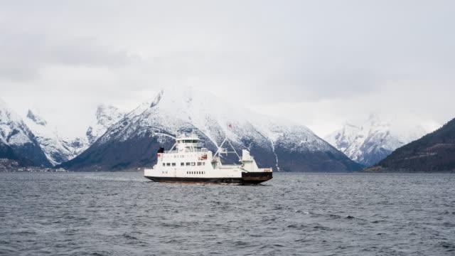 erkunden sie die norwegische fjorde - ferry stock-videos und b-roll-filmmaterial