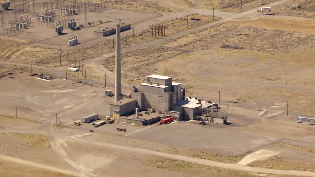 ws aerial view of nuclear reactor at hanford site / richland, washington, united states - hanford nuclear reservation video stock e b–roll