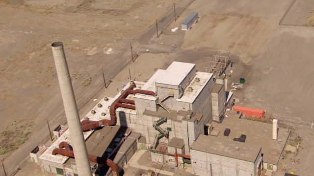 ms aerial ds view of nuclear reactor at hanford site / richland, washington, united states - hanford nuclear reservation video stock e b–roll