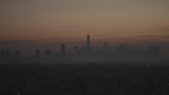 "vídeos de stock, filmes e b-roll de ""ws zi zo aerial view of nyc at sunrise / new york city, united states"" - 1 minuto ou mais"