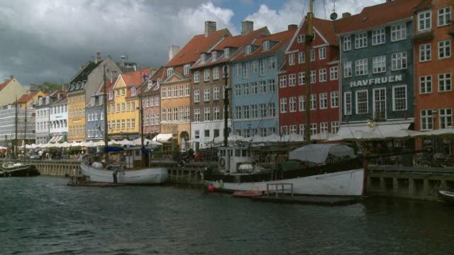 vídeos y material grabado en eventos de stock de ws t/l view of nyhavn (new habour) / copenhagen, denmark, denmark - copenhagen