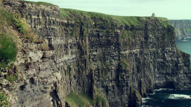 ws pan view of o'brien's tower on cliffs of moher / doolin, county clare, ireland - doolin stock videos & royalty-free footage