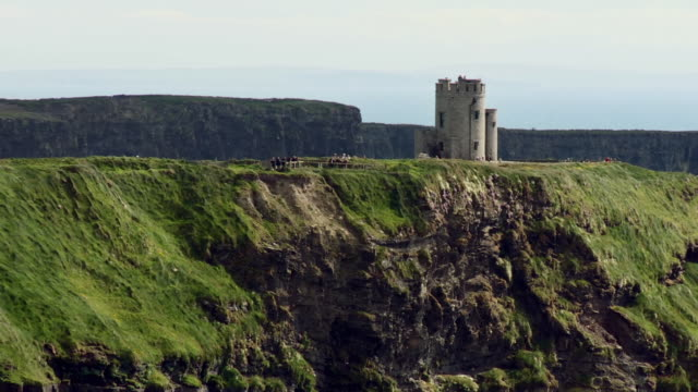 ws zo view of o'brien's tower on cliffs of moher / doolin, county clare, ireland - doolin stock videos & royalty-free footage