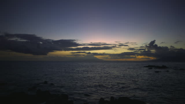 vídeos de stock e filmes b-roll de ws td slo mo view of ocean at dusk with clouds / maui, hawaii, usa - inclinação para baixo