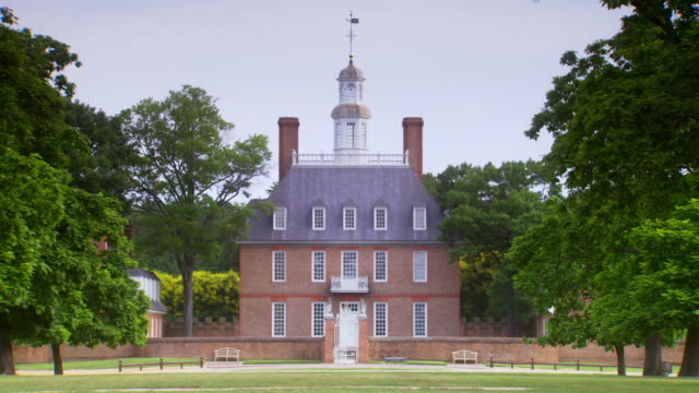 ws view of of governors palace in colonial williamsburg / williamsburg, virginia, united states    - kolonialstil stock-videos und b-roll-filmmaterial