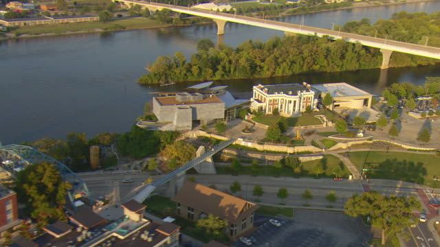 ws aerial view of of hunter museum of american art on tennessee river / chattanooga, tennessee, united states - chattanooga stock videos and b-roll footage