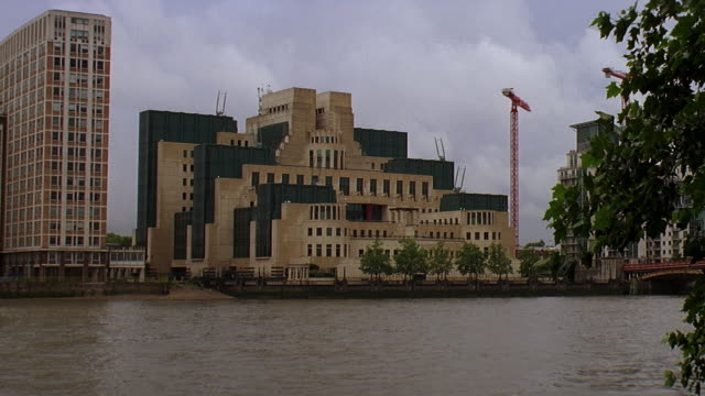 vidéos et rushes de ws view of office block with river in front / london, united kingdom - office block exterior