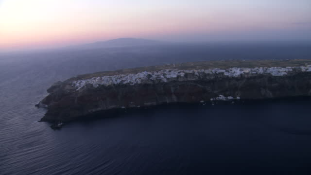 stockvideo's en b-roll-footage met aerial ws view of oia island at twilight time / santorini, oia, cyclades islands, greece - oia santorini