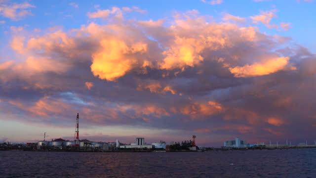 夕暮れ時の石油精製所の眺め。石油・ガス産業 - 神奈川県点の映像素材/bロール