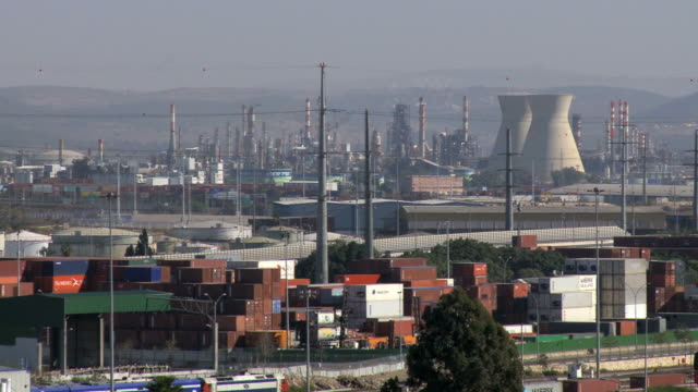 ws pan view of oil refinery industry / haifa, carmel, isarel - ruhige szene stock-videos und b-roll-filmmaterial