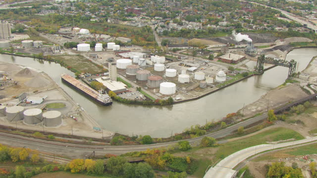 ws ds aerial view of oil tank farm at cuyahoga river / cleveland, ohio, united states - fiume cuyahoga video stock e b–roll