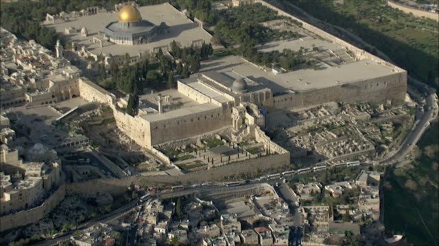 ws zi zo aerial view of old city of jerusalem / jerusalem, israel - エルサレム点の映像素材/bロール