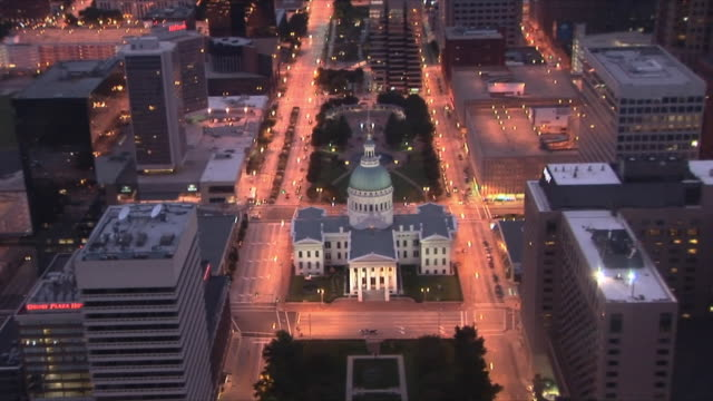 ws zo aerial view of old courthouse and downtown of st louis from arch / st louis, missouri, usa - ミズーリ州 セントルイス点の映像素材/bロール