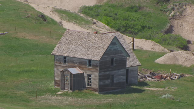 ws aerial ts zo view of old house at high plains homestead / nebraska, united states - remote location stock-videos und b-roll-filmmaterial