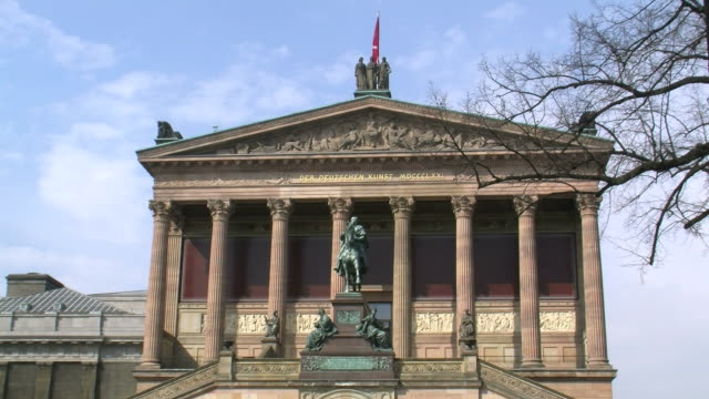 vídeos y material grabado en eventos de stock de  ws view of old national gallery at museum island / berlin, germany - frontón característica arquitectónica