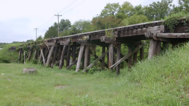 ws view of old railway bridge / bell buckle, tennessee, united states - brücke stock-videos und b-roll-filmmaterial