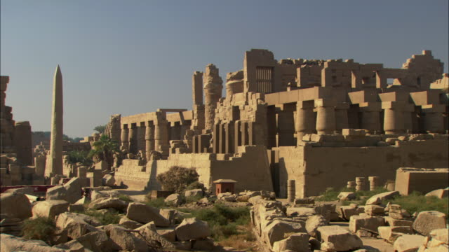 ws zo view of old ruins in city of karma / thebes, luxor, egypt - temples of karnak stock videos & royalty-free footage