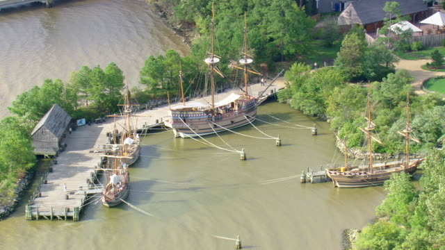 vídeos de stock e filmes b-roll de ws aerial zi view of old ship at historic jamestown museum / virginia, united states - jamestown virginia