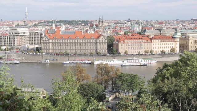 vídeos y material grabado en eventos de stock de view of old town and bridges over vltava river, prague, czech republic, europe - cultura checa