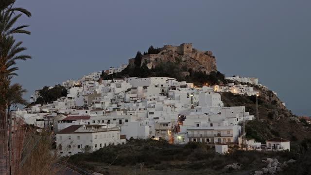 vídeos de stock e filmes b-roll de ws tl view of old town and castle of salobrena at dusk / salobrena, granada, spain - cidade pequena
