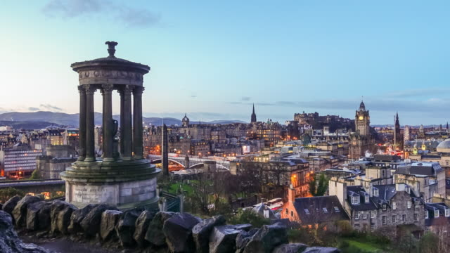 vista del centro storico di edimburgo al crepuscolo - scottish culture video stock e b–roll