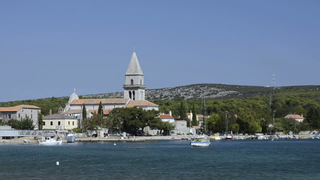 ws view of old town located near river / osor, island of cres, croatia - ツレス点の映像素材/bロール