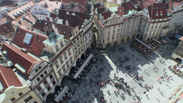 ws view of old town square / prague, hlavni mesto praha, czech republic - altstädter ring stock-videos und b-roll-filmmaterial
